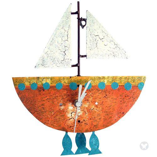 Reloj barco con peces naranja